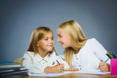 школа copyspace принципиальной схемы черных книг предпосылки Девушки портрета крупного плана успешные счастливые рисуя карандаш Стоковые Фотографии RF