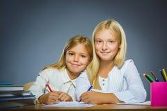школа copyspace принципиальной схемы черных книг предпосылки Девушки портрета крупного плана успешные счастливые рисуя карандаш Стоковое Изображение RF