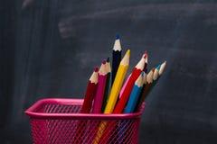 школа copyspace принципиальной схемы черных книг предпосылки Карандаши с доской как предпосылка конец вверх Стоковое Изображение