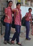 Школьники идут от школы для того чтобы самонавести Стоковое Изображение