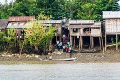 Школьники от рыбацкого поселка получая на шлюпке в Мьянме стоковая фотография rf