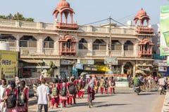 Школьники по пути домой стоковые фото