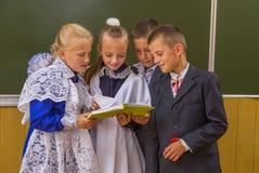 Школьники приближают к классн классному Стоковые Фотографии RF