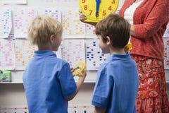 Школьники уча сказать время Стоковое Изображение