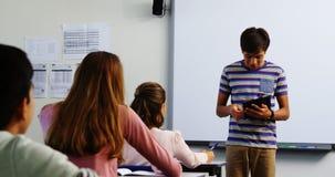 Школьник давая представление в классе акции видеоматериалы