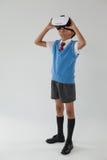 Школьник используя шлемофон виртуальной реальности стоковое изображение