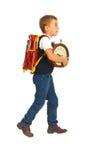 Школьник идя к школе стоковое изображение