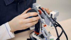 Школьник на классе инженерства делая робот Образование Robotechnics видеоматериал