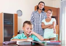 Школьник подростка делая домашнюю работу Стоковая Фотография RF