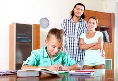 Школьник подростка делая домашнюю работу Стоковые Фото