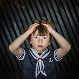 Школьник представляя в костюме матроса с эмоциями стоковое изображение rf