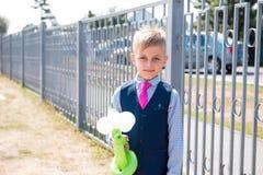 Школьник стоит близко обнести сюита с воздушными шарами стоковое изображение