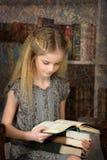 Школьница девушки в библиотеке Стоковая Фотография