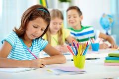Школьница на уроке чертежа Стоковая Фотография