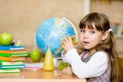 Школьница портрета смотря камеру пока имеющ обед во время Стоковые Фотографии RF