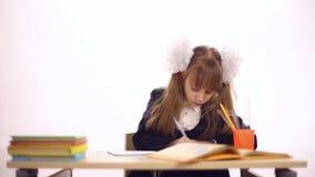 Школьница сидя на столе школы видеоматериал