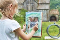 Школьница уча нарисовать в историческом месте Стоковая Фотография