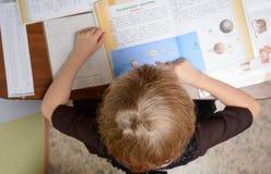 Школьница уча домашнюю работу Стоковые Фотографии RF