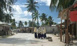 Школьницы приближают к старой школе деревни в Занзибаре Стоковые Изображения RF