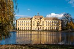 Школьное здание в зеркале пруда в Litovel, чехии стоковые фото