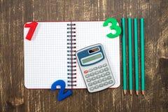 Школьные принадлежности на деревянной предпосылке Стоковые Фото
