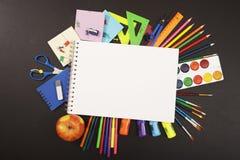 Школьные принадлежности на предпосылке классн классного с copyspace для вашего текста, дизайном Назад к концепции школы для знаме Стоковая Фотография