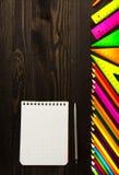 Школьные принадлежности рисуют, пишут, правитель, треугольник на bac классн классного Стоковые Изображения