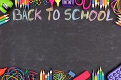 Школьные принадлежности удваивают границу с назад к школе написанной в красочном меле Стоковая Фотография