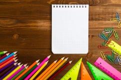 Школьные принадлежности & x28; рисуйте, пишите, правитель, triangle& x29; на bac классн классного Стоковое фото RF