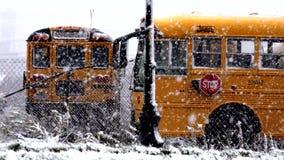 Школьный автобус, зима, снег, образование сток-видео