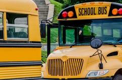 Школьный автобус/шины в городе стоковое изображение