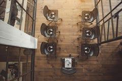 Шлемофоны размещая на черных уютных стульях Стоковое Фото