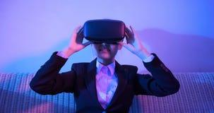 Шлемофон виртуальной реальности носки женщины стоковые изображения rf