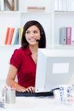 шлемофон стола исполнительный женский она стоковые изображения rf