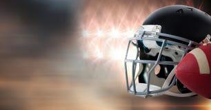Шлем американского футбола и шестерня шарика с светами стадиона переводят стоковое изображение rf