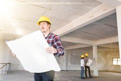 Шлем безопасности желтого цвета носки улыбки инженера по строительству и монтажу западного человека Стоковые Изображения RF