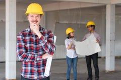 Шлем безопасности желтого цвета носки улыбки инженера по строительству и монтажу западного человека Стоковое фото RF