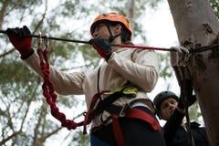Шлем безопасности молодой женщины нося получая готовый пересечь линию застежка-молнии Стоковое фото RF