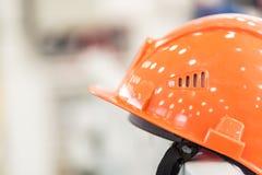 Шлем безопасности против промышленной предпосылки Стоковое фото RF