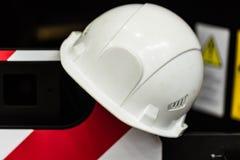 Шлем безопасности против промышленной предпосылки Стоковое Изображение RF