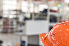 Шлем безопасности против промышленной предпосылки Стоковая Фотография RF