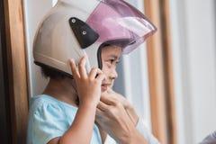 Шлем девушки нося стоковое фото rf