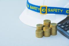 Шлем инженера безопасности с монетками и калькулятором стога Стоковое Изображение