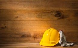 Шлем и перчатки безопасности инженера или мастера стоковые изображения