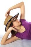 шлем ковбоя s под женщиной стоковая фотография rf