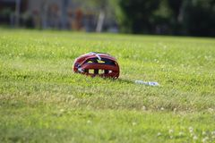 Шлем лакросс на поле травы, с бутылкой с водой стоковые изображения rf