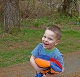 шлем мальчика цветастый смеясь над немного играть Стоковые Фотографии RF