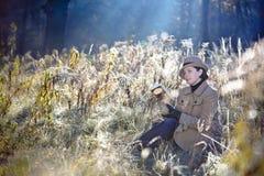 шлем пальто шикарный представляя ретро женщину Стоковое фото RF