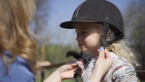 Шлем ребенка девушки верховой езды Съемка движения карданного подвеса сток-видео
