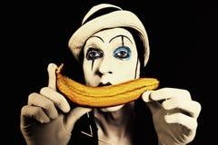 шлем руки банана его белизна mime удерживания Стоковые Фото